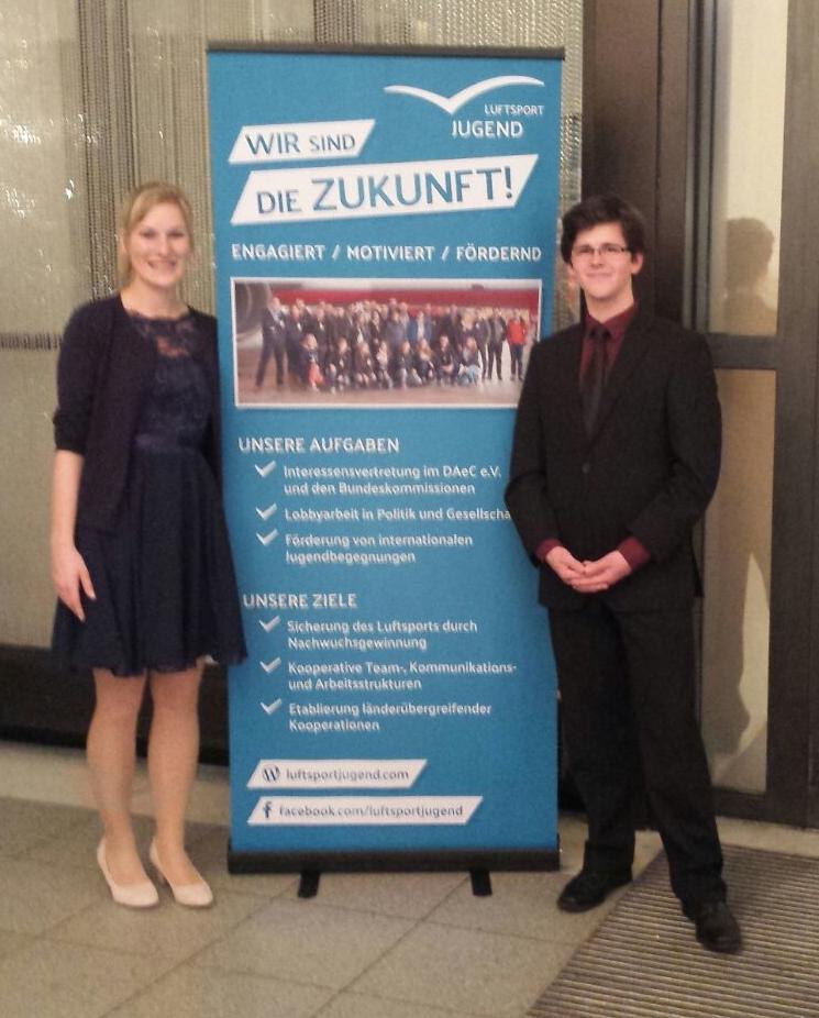 Julia Jansen und Konstantin Mahler aus der Bundesjugendleitung vertreten die Luftsportjugend in Wiesbaden